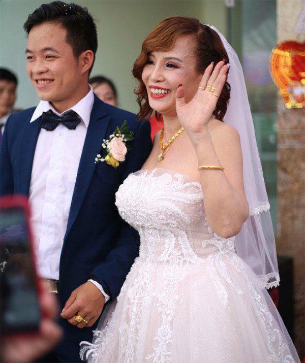 Cô dâu 62 tuổi cùng chồng trẻ lặn lội vào Đồng Nai gặp cô dâu 65 tuổi, giãi bày cách vượt dư luận và giữ hạnh phúc - Ảnh 1.