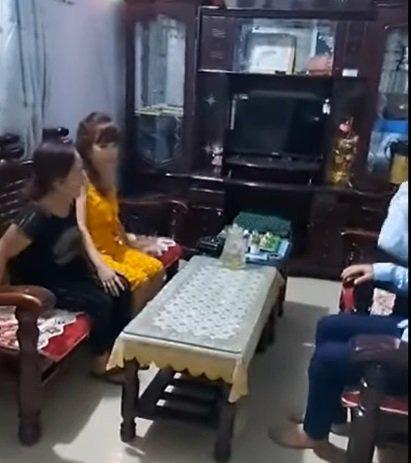 Cô dâu 62 tuổi cùng chồng trẻ lặn lội vào Đồng Nai gặp cô dâu 65 tuổi, giãi bày cách vượt dư luận và giữ hạnh phúc - Ảnh 2.