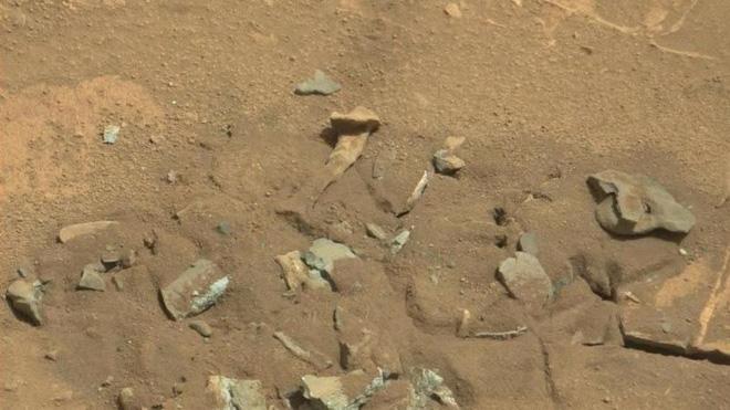 Những hình ảnh kỳ lạ nhất từng được chụp trên sao Hỏa - Ảnh 7.