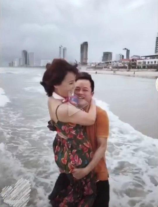 Cô dâu 62 tuổi cùng chồng trẻ lặn lội vào Đồng Nai gặp cô dâu 65 tuổi, giãi bày cách vượt dư luận và giữ hạnh phúc - Ảnh 8.