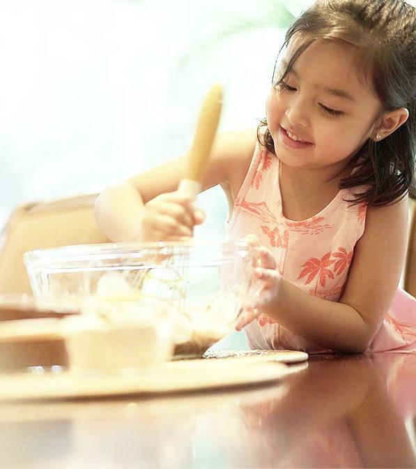 Con gái mỹ nhân đẹp nhất Philippines: 5 tuổi trở thành nữ hoàng quảng cáo, biết 2 ngoại ngữ, ấn tượng nhất khả năng làm toán do mẹ đích thân dạy - Ảnh 10.