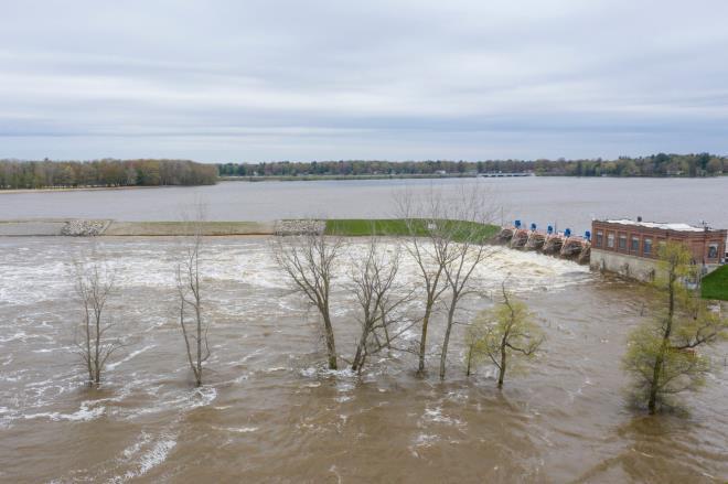 Vỡ đập ở Mỹ: Thành phố bị ngập dưới nước gần 3 m, 10.000 người phải sơ tán - Ảnh 2.