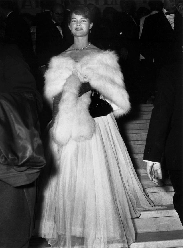 72 mùa Cannes đã trôi qua nhưng đây vẫn mãi là những bức ảnh huyền thoại để nhớ về màn đọ hương sắc lụa là kinh diễm trên thảm đỏ - Ảnh 1.