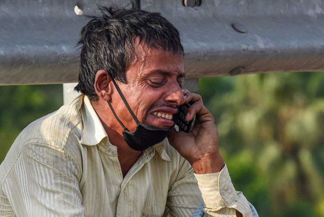Câu chuyện đằng sau bức ảnh người cha khắc khổ bật khóc bên đường khi hay tin con ốm mà không có tiền về nhà gây chấn động thế giới - Ảnh 2.
