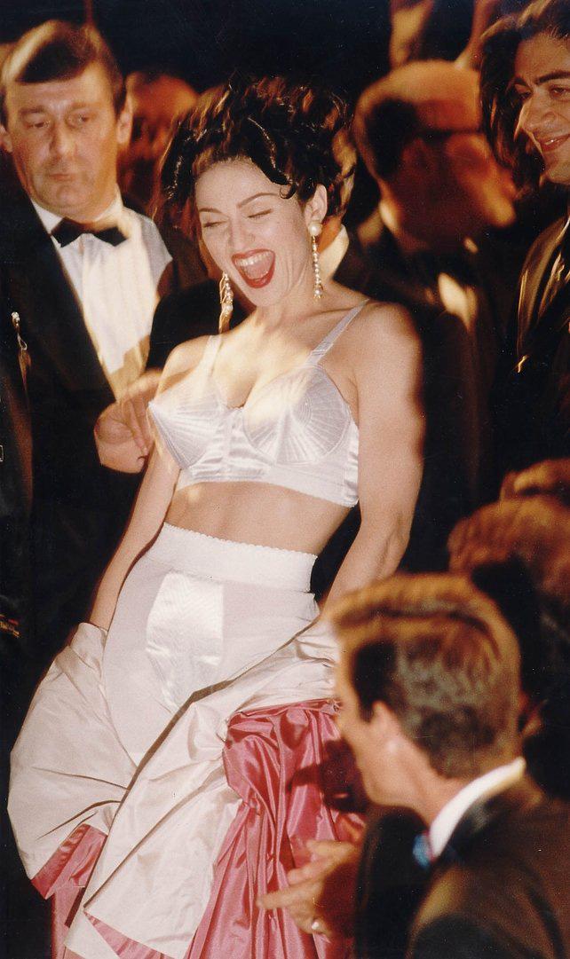 72 mùa Cannes đã trôi qua nhưng đây vẫn mãi là những bức ảnh huyền thoại để nhớ về màn đọ hương sắc lụa là kinh diễm trên thảm đỏ - Ảnh 10.