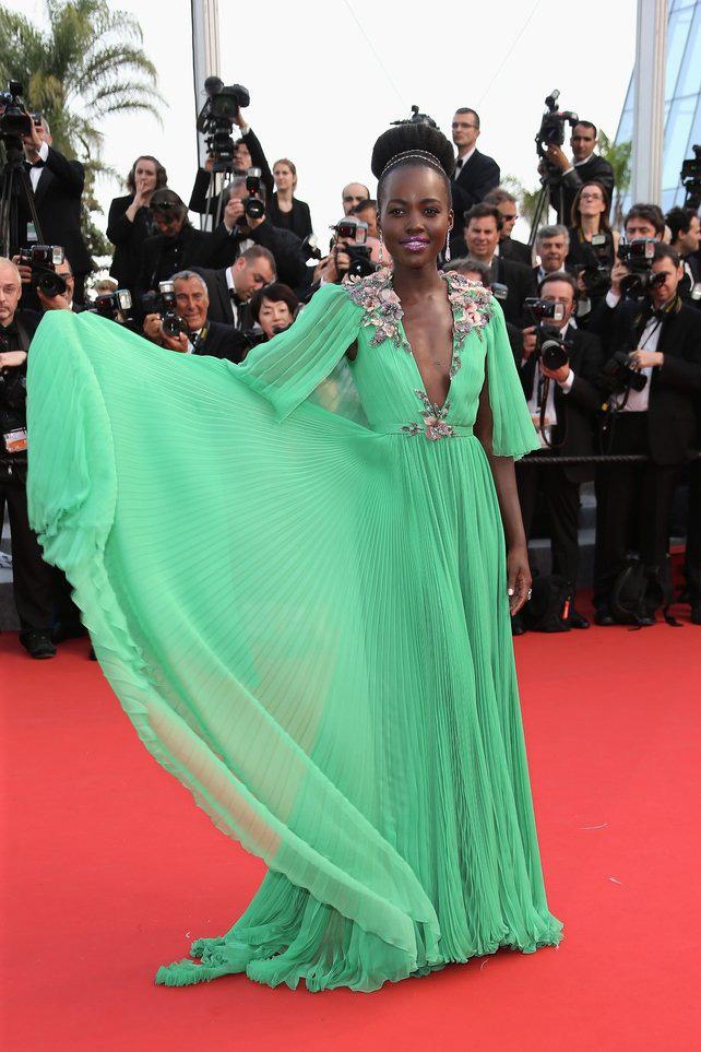 72 mùa Cannes đã trôi qua nhưng đây vẫn mãi là những bức ảnh huyền thoại để nhớ về màn đọ hương sắc lụa là kinh diễm trên thảm đỏ - Ảnh 19.