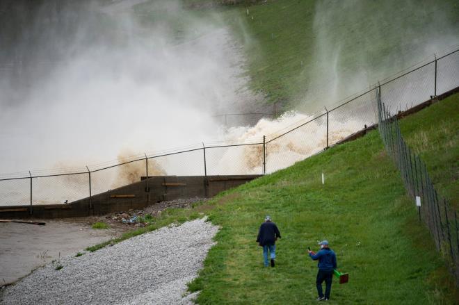 Vỡ đập ở Mỹ: Thành phố bị ngập dưới nước gần 3 m, 10.000 người phải sơ tán - Ảnh 4.