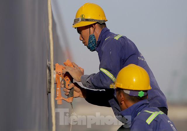 Công nhân phơi mình dưới trời nắng đổ lửa ở Hà Nội - Ảnh 1.