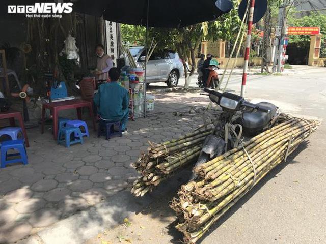 Bán trăm lít nước mía, trăm quả dừa trong buổi sáng Hà Nội nắng nóng cực đỉnh - Ảnh 2.