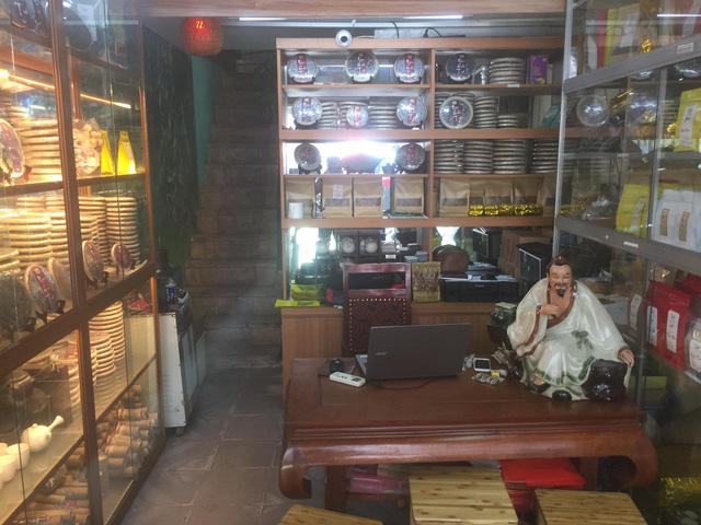 Muôn kiểu tránh nóng tiết kiệm của người dân Thủ đô: Người ngồi điều hòa suốt ngày mà không tăng hóa đơn điện, người giải nhiệt chỉ bằng một xô nước - Ảnh 3.