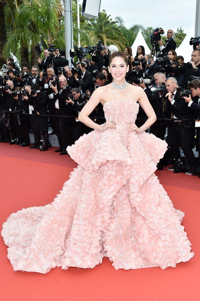 72 mùa Cannes đã trôi qua nhưng đây vẫn mãi là những bức ảnh huyền thoại để nhớ về màn đọ hương sắc lụa là kinh diễm trên thảm đỏ - Ảnh 21.