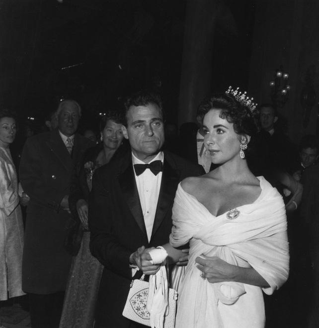 72 mùa Cannes đã trôi qua nhưng đây vẫn mãi là những bức ảnh huyền thoại để nhớ về màn đọ hương sắc lụa là kinh diễm trên thảm đỏ - Ảnh 3.