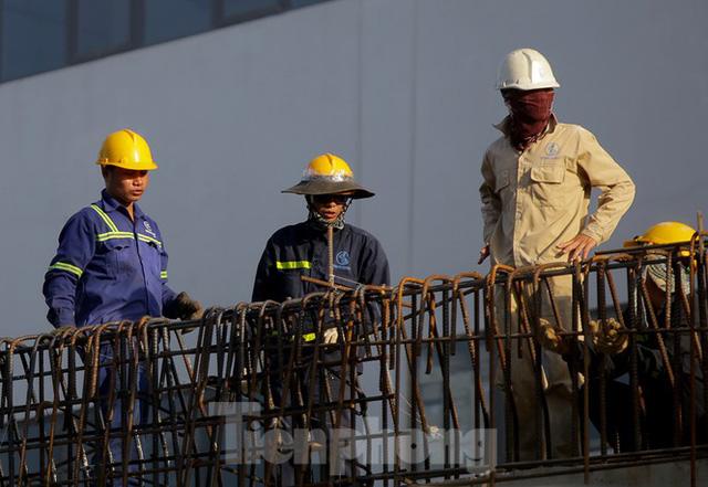 Công nhân phơi mình dưới trời nắng đổ lửa ở Hà Nội - Ảnh 3.