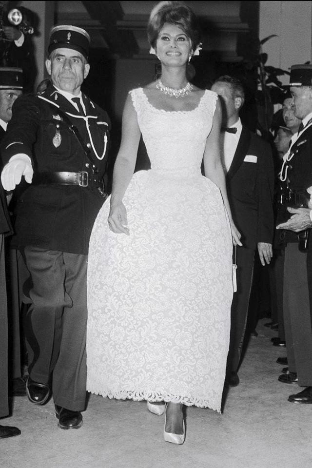 72 mùa Cannes đã trôi qua nhưng đây vẫn mãi là những bức ảnh huyền thoại để nhớ về màn đọ hương sắc lụa là kinh diễm trên thảm đỏ - Ảnh 4.