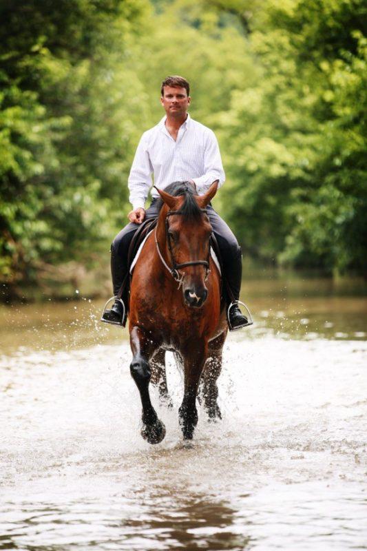 Muốn qua sông nhưng không nhờ ai trong đám kỵ sĩ, đến khi gặp người cuối cùng ông lão bất ngờ đổi ý - Ảnh 2.