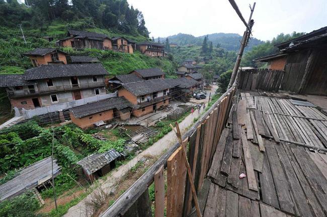 Làng Ding Wuling nằm ở trên một ngọn núi thuộc khu thành cổ Trường Đinh, tỉnh Phúc Kiến, Trung Quốc