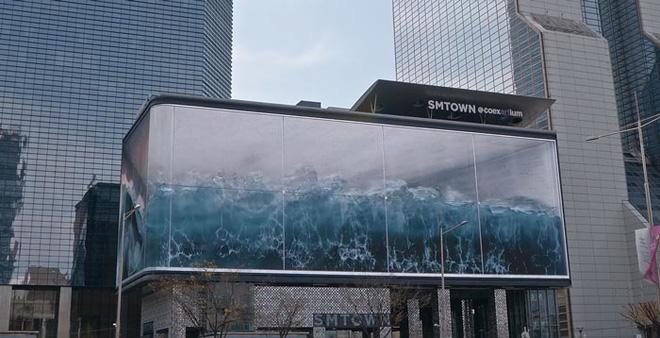 Nhìn lên hết hồn tưởng sóng thần ập vào thành phố, hoá ra là tác phẩm ảo giác lớn nhất thế giới hiển thị trên màn hình của Samsung - Ảnh 1.