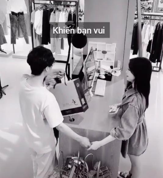 Cô gái được người yêu dắt đi mua sắm và quyết tự trả tiền, không ngờ camera lại quay được hành động vô cùng cảm động của cậu bạn trai - Ảnh 1.