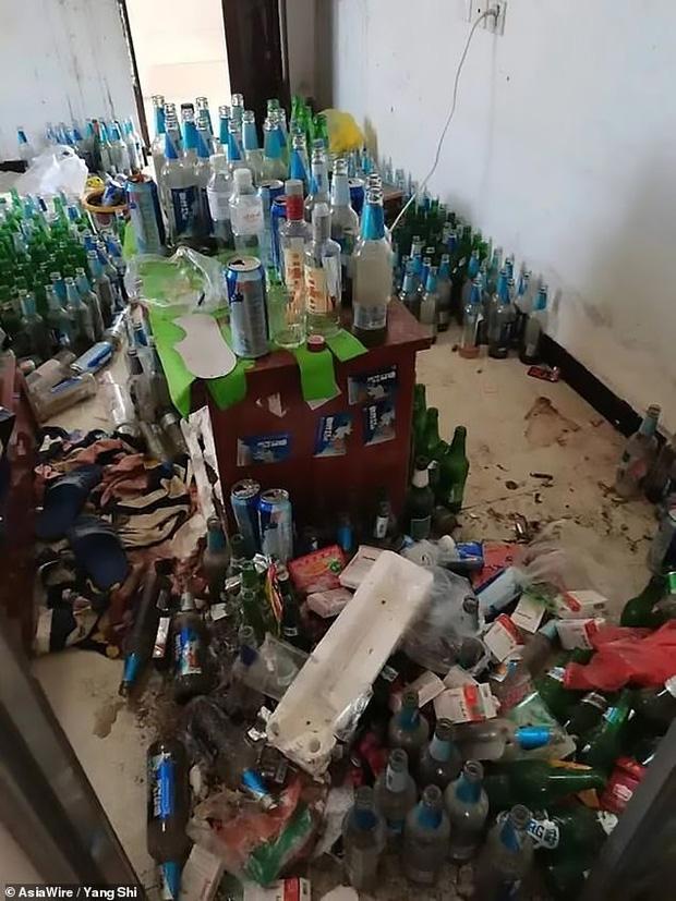 Thanh niên thất nghiệp nợ tiền trọ mãi không trả, chủ nhà đến nơi hoảng hồn khi thấy phòng ngập ngụa rác đến mức không có cả lối đi - Ảnh 1.