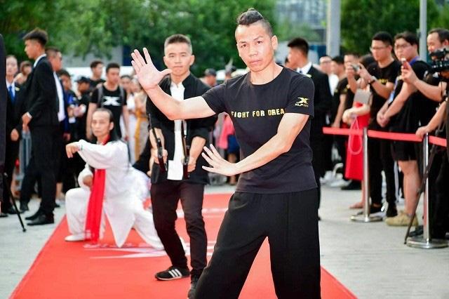 Truyền nhân Kiều Phong gây sửng sốt với màn biểu diễn Hàng long thập bát chưởng - Ảnh 2.