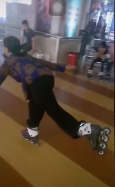 Clip cụ bà U60 ung dung trượt patin bằng một chân như múa đường quyền gây bất ngờ khắp cộng đồng mạng - Ảnh 1.