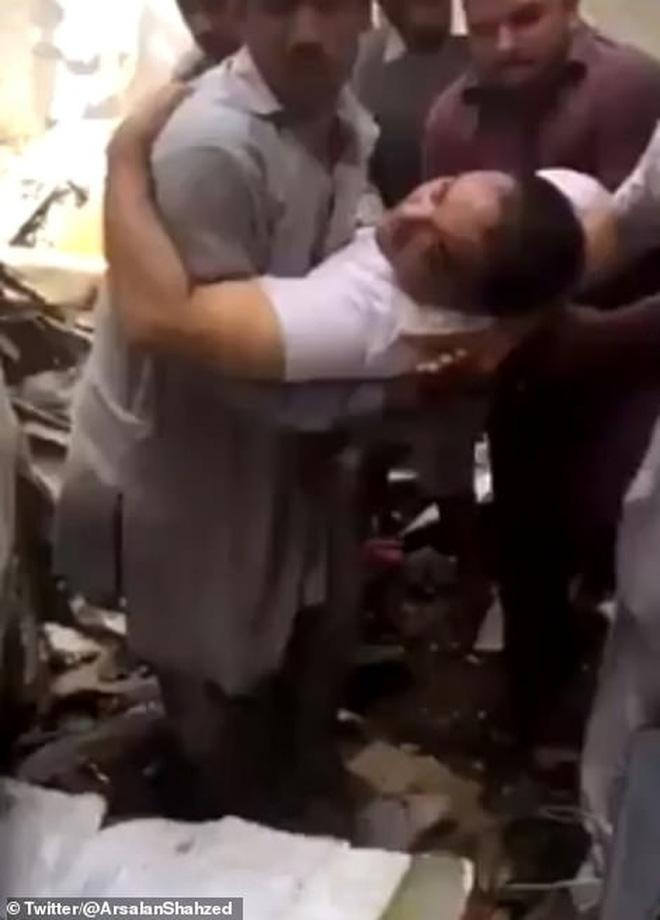 Cơn ác mộng của người may mắn sống sót sau vụ rơi máy bay Pakistan: Chỉ toàn khói, lửa và những tiếng thét tuyệt vọng - Ảnh 2.