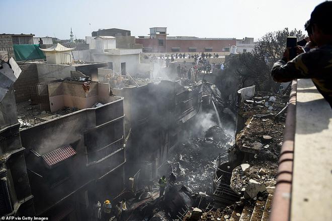 Cơn ác mộng của người may mắn sống sót sau vụ rơi máy bay Pakistan: Chỉ toàn khói, lửa và những tiếng thét tuyệt vọng - Ảnh 7.