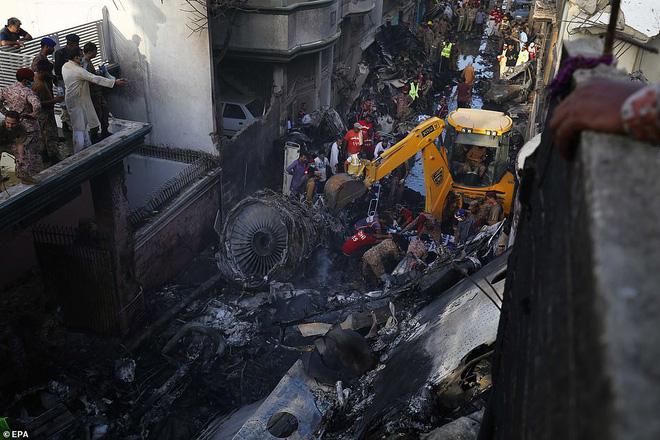 Cơn ác mộng của người may mắn sống sót sau vụ rơi máy bay Pakistan: Chỉ toàn khói, lửa và những tiếng thét tuyệt vọng - Ảnh 8.