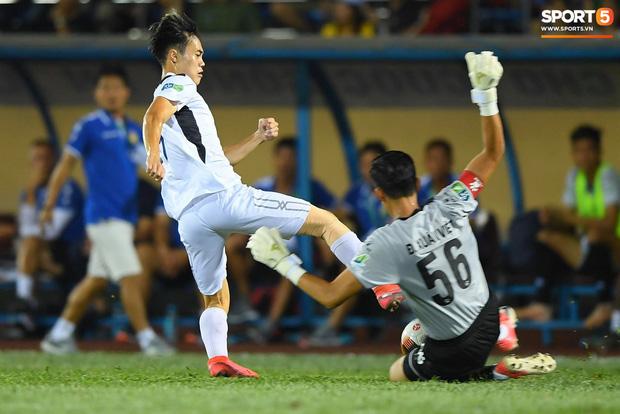 Cầu thủ HAGL ức chế, bóp cổ đối phương trong trận thua Nam Định - Ảnh 7.