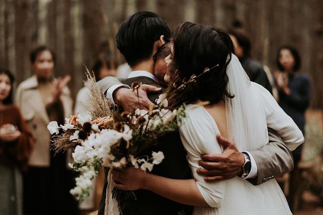 Đám cưới đặc biệt như phim của cô dâu nhà nghề ở Đà Lạt: Chỉ có 50 khách mời, không chụp trước hình cưới và thật nhiều nước mắt - Ảnh 3.
