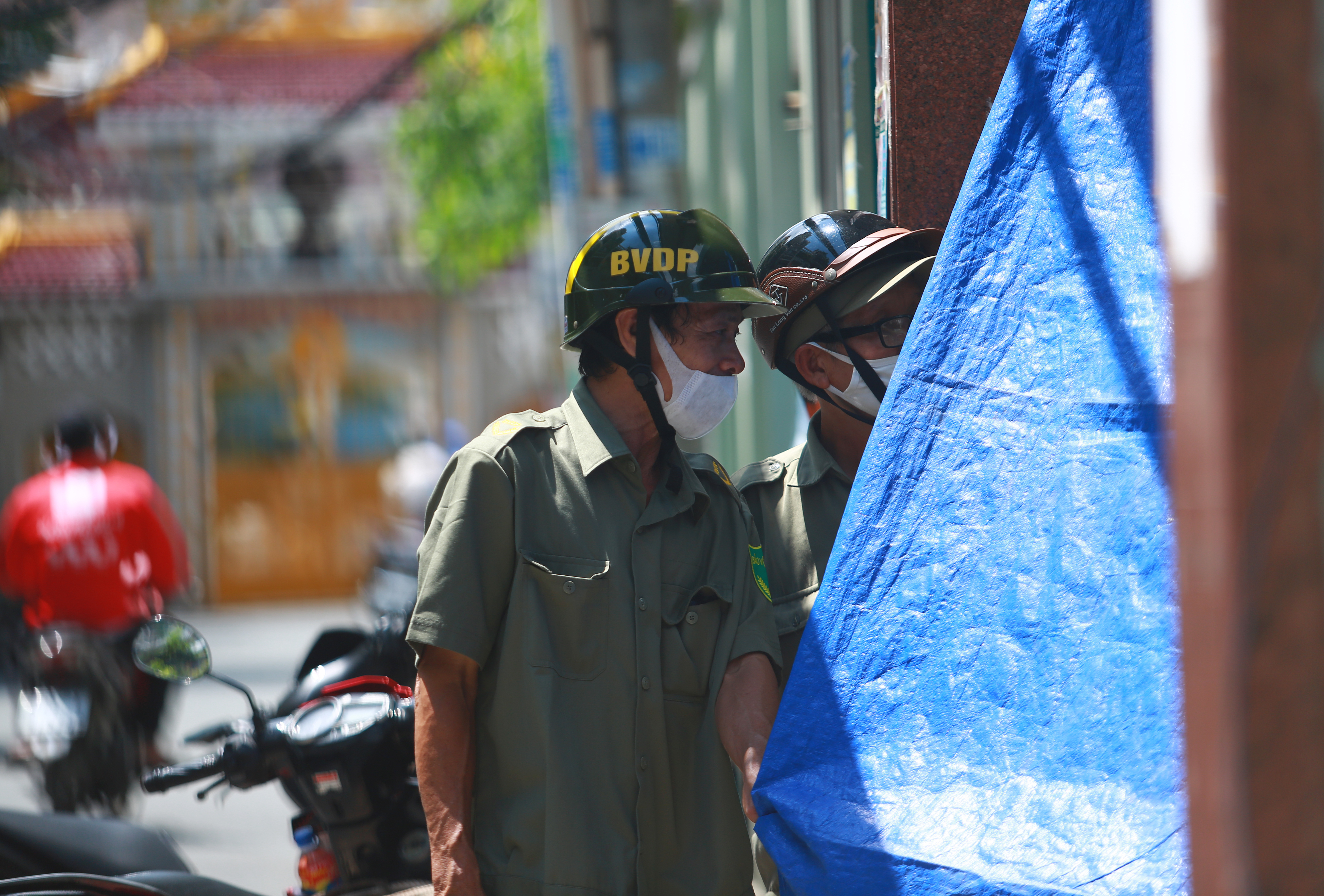 Cận cảnh gốc phượng vĩ mục ruỗng đổ gãy đè 13 học sinh thương vong ở Sài Gòn - Ảnh 11.