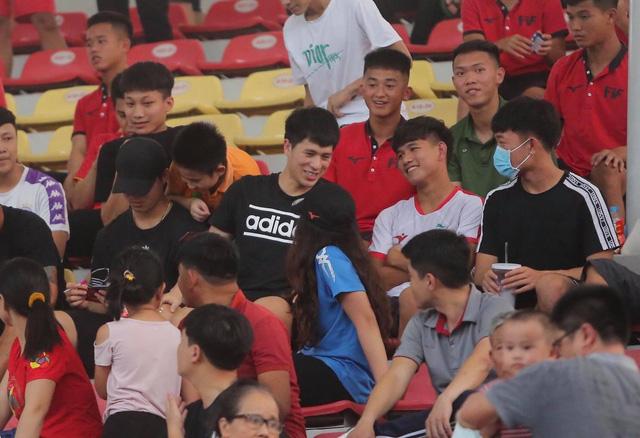 Bộ ba thương binh Duy Mạnh, Đình Trọng, Xuân Trường cùng trợ lý Lee Young-jin xem giò đồng nghiệp - Ảnh 1.