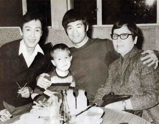 Những chuyện ít ai biết về truyền kỳ vua sòng bài Macau Hà Hồng Sân: Là anh em họ với Lý Tiểu Long, đến biển số xe cũng đặc biệt hơn người - Ảnh 1.