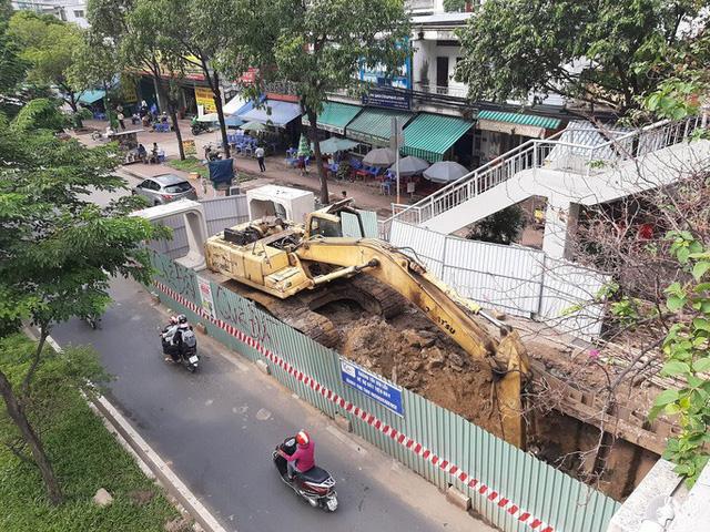 Cận cảnh lô cốt đầy đường khu vực nút giao chân cầu Sài Gòn - Ảnh 2.
