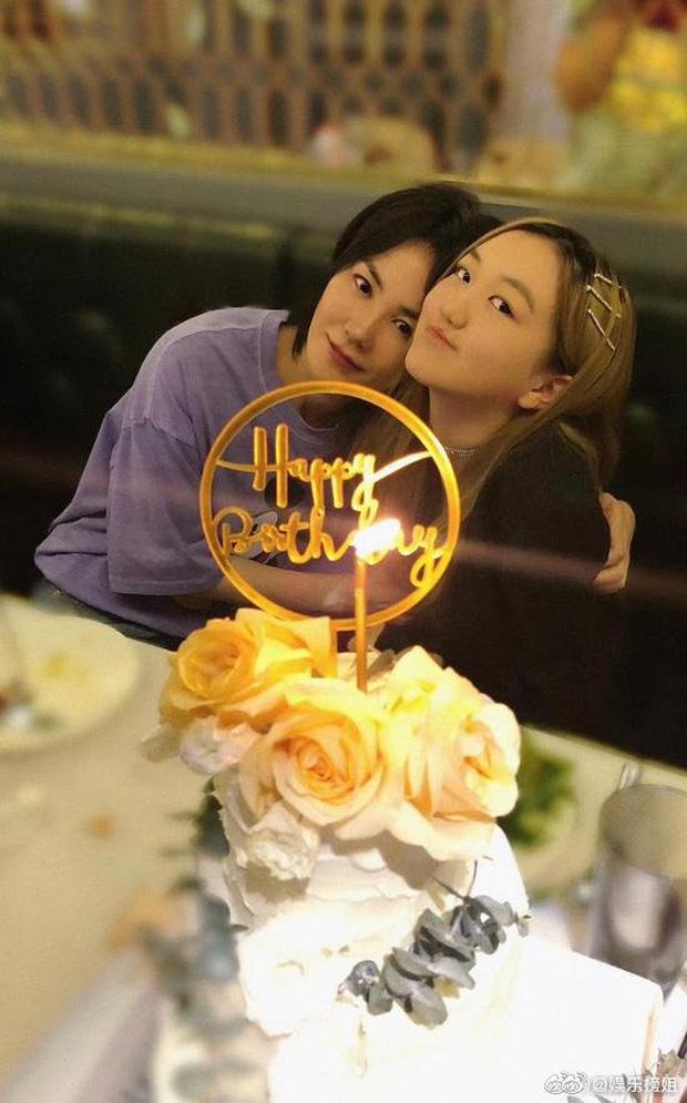 Con gái Vương Phi gây sốt với ảnh sinh nhật tuổi 14: Tóc vàng cực nổi, tạo dáng so deep, nhìn tưởng idol nào - Ảnh 1.