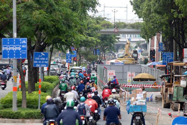 Cận cảnh lô cốt đầy đường khu vực nút giao chân cầu Sài Gòn - Ảnh 3.