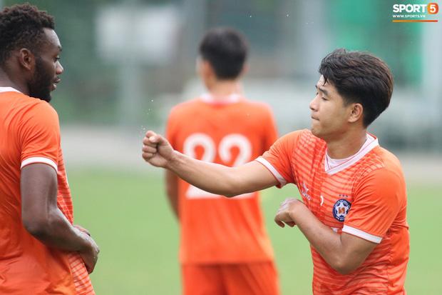 Hà Đức Chinh tinh nghịch trên sân tập nhưng vẫn làm hài lòng HLV Lê Huỳnh Đức - Ảnh 5.