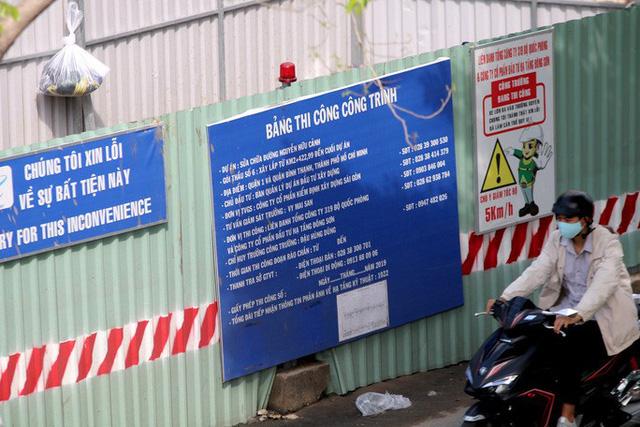 Cận cảnh lô cốt đầy đường khu vực nút giao chân cầu Sài Gòn - Ảnh 6.