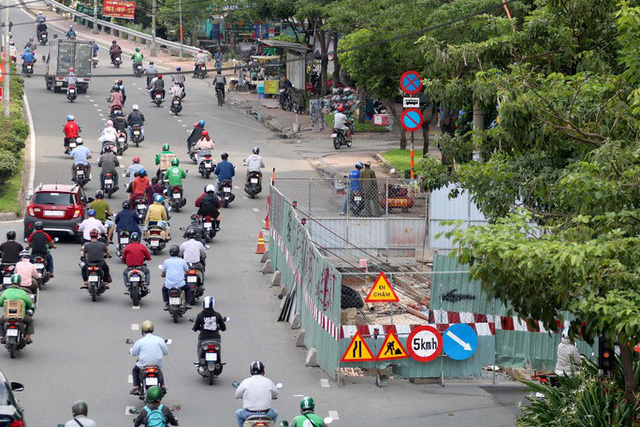 Cận cảnh lô cốt đầy đường khu vực nút giao chân cầu Sài Gòn - Ảnh 7.