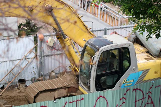 Cận cảnh lô cốt đầy đường khu vực nút giao chân cầu Sài Gòn - Ảnh 8.