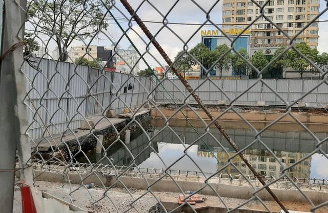 Cận cảnh lô cốt đầy đường khu vực nút giao chân cầu Sài Gòn - Ảnh 9.