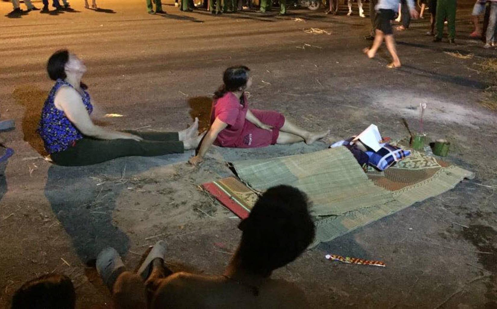 Người thân khóc ngất bên thi thể bé trai 4 tuổi ngã xuống hố ga không đậy nắp bên đường
