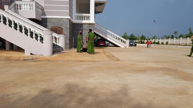 Bị án nhảy từ lầu 2 TAND tỉnh Bình Phước xuống đất tử vong sau khi toà phúc thẩm bác kháng cáo kêu oan - Ảnh 1.