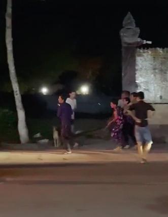 """Clip cận cảnh """"bé Na"""" khổng lồ bị nhiều người ở Vĩnh Long vây bắt khi đang lang thang tìm đường về nhà - ảnh 1"""