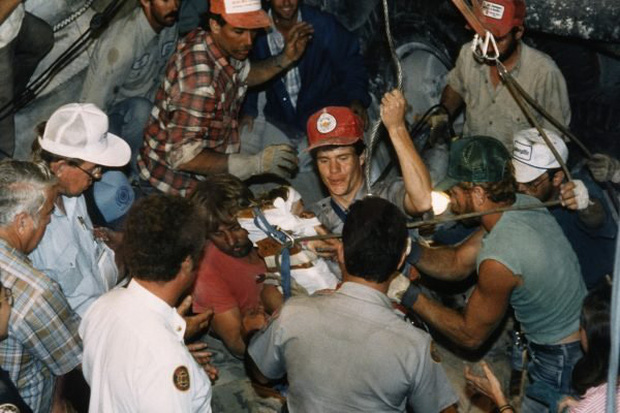 Cuộc giải cứu nghẹt thở trên truyền hình Mỹ: Bé gái được bế ra khỏi giếng hẹp khiến hàng triệu người vỡ òa và câu chuyện đáng buồn sau đó - Ảnh 4.