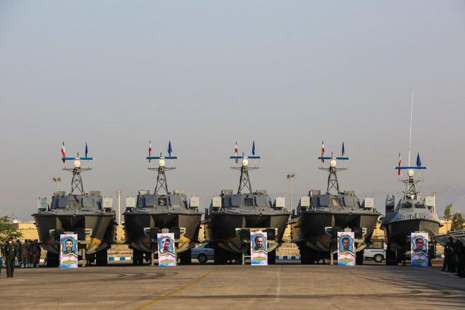 Hàng trăm tàu cao tốc Iran vây bắt sống tàu Mỹ: Kịch bản kiến đấu voi, kết quả bất ngờ? - Ảnh 3.