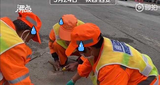 Công nhân túm tụi cân bụi trên đường, hé lộ quy định cực khắt khe về nghề vệ sinh môi trường ở Trung Quốc - Ảnh 1.