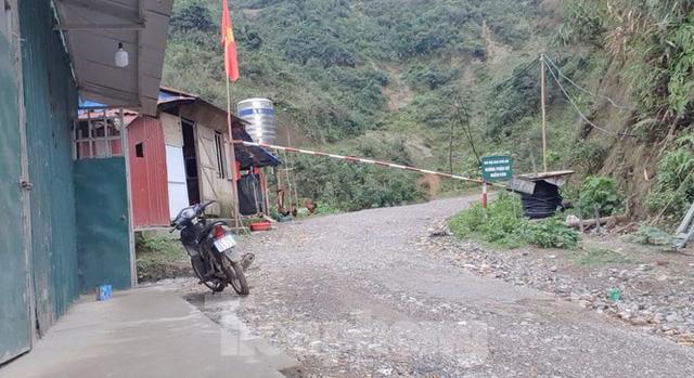 Cận cảnh công trường khai thác vàng trái phép ở 'mỏ tử thần' Minh Lương - Ảnh 1.