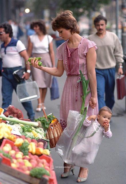 Bức hình mẹ xách con đi chợ cách đây 33 năm bỗng nổi như cồn trên mạng: Mẹ giống Công nương Diana trong khi đứa trẻ thì quá đáng yêu - Ảnh 1.
