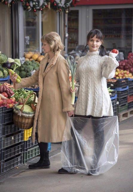 Bức hình mẹ xách con đi chợ cách đây 33 năm bỗng nổi như cồn trên mạng: Mẹ giống Công nương Diana trong khi đứa trẻ thì quá đáng yêu - Ảnh 2.